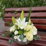 Aranjament cu crin si trandafiri albi