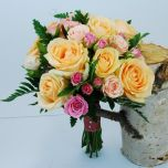 Buchet de mireasa cu trandafiri si miniroze