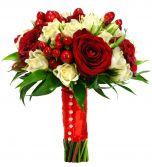 Buchet trandafiri miniroze si hypericum