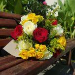 Buchet cu trandafiri si miniroze