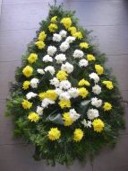 Coroana clasica din crizanteme galbene si albe