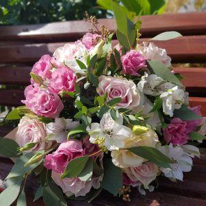 Buchet cu trandafiri, eustoma si alstroemeria