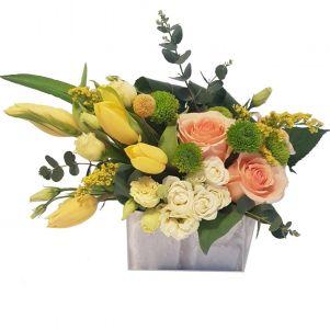 Aranjament cu trandafiri si lalele