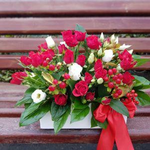 Aranjament floral cu miniroze rosii