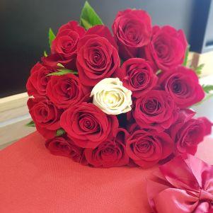Buchet cu trandafir alb si rosii