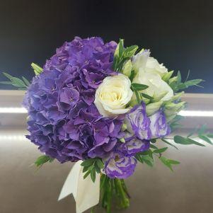 Buchet de mireasa cu hortensie mov si trandafiri albi