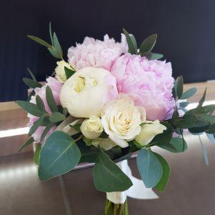 Buchet de mireasa cu bujori albi si roz
