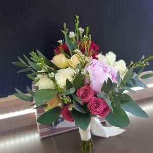 Buchet de mireasa cu bujori roz si miniroze