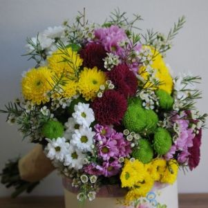 Buchet mireasa cu crizanteme si flori de ceara