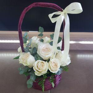 Cos cu 9 trandafiri albi