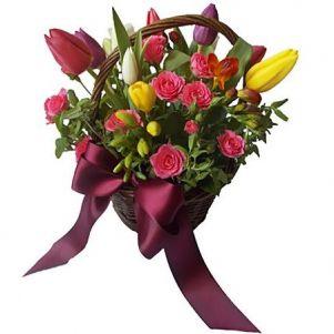 Un cos de flori pentru ea