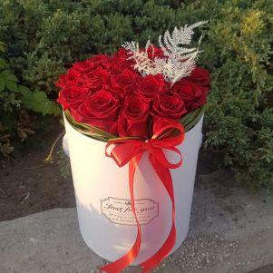 Cutie cu 21 trandafiri rosii