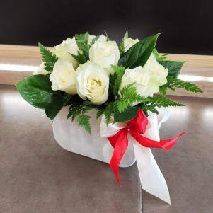 Cutie cu 9 trandafiri albi
