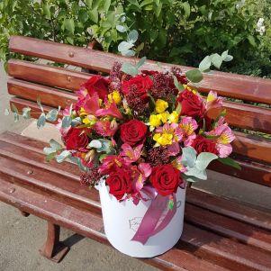 Cutie cu trandafiri, alstroemeria si miniroze